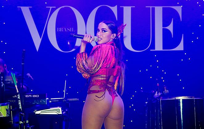 De fio dental, Anitta faz show no Baile da Vogue em São Paulo