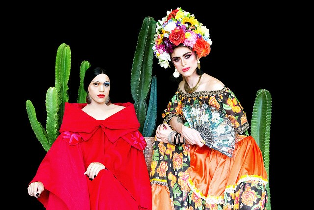 As drags Andy Vidade e Naomi Kahlo como Tarsila do Amaral e Frida Kahlo no Calendário