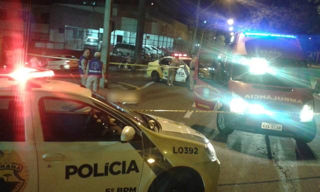 Travesti foi atacada por três homens que desferiram golpes de faca na vítima, segundo a PM
