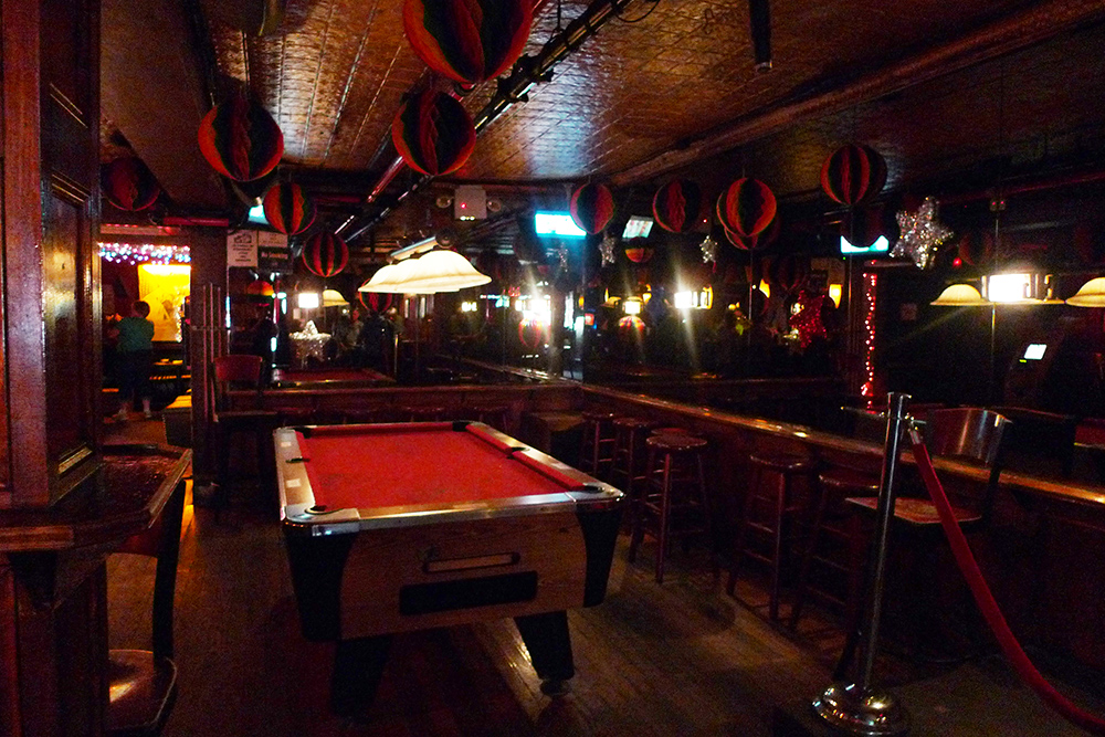 Interior do bar Stonewall Inn em Nova York